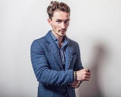 elegante joven guapo en elegante chaqueta azul.