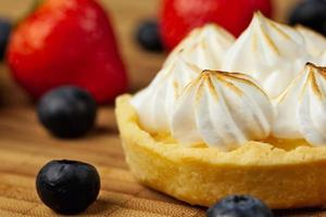 Tartlet with lemon curd and meringue