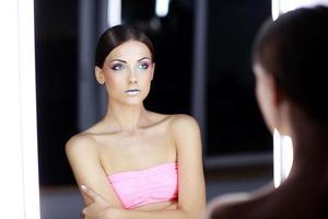 chica atractiva con maquillaje colorido