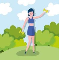 Mujer joven entrenando con mancuernas al aire libre