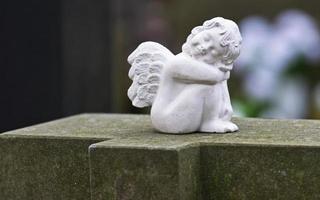 estatuilla blanca esculpida