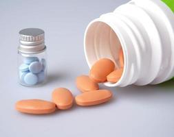 Medicina en botella sobre fondo blanco. foto