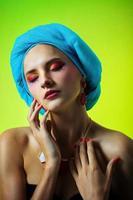 hermosa joven en un turbante en hermosos aretes foto