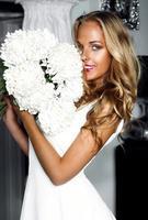 Impresionante hermosa mujer sonriente feliz con cabello rizado en blanco