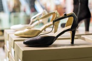 Zapatos de tacón medio de mujer en una tienda minorista