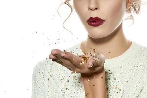 hermosa chica con maquillaje de noche soplado lentejuelas doradas