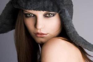 chica con sombrero de invierno y maquillaje brillante