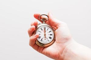 main tenant une vieille horloge