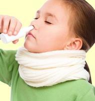 garota está assoando o nariz