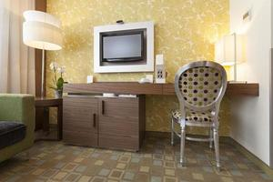 interior de habitación de hotel moderno foto