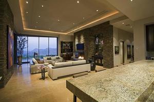amplio salón en casa foto
