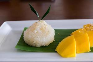 arroz glutinoso con mangos maduros, postre tropical estilo tailandés foto