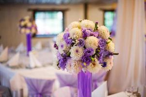 mesa de decoración de boda puesta foto