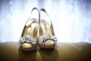 Par de zapatos de tacón abiertos decorados con pedrería