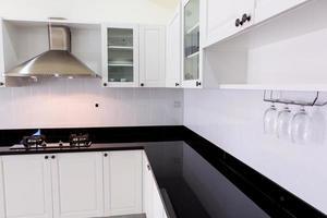 Interior de cocina limpio blanco moderno foto
