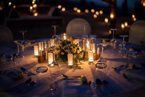 configuración de la mesa de boda al aire libre