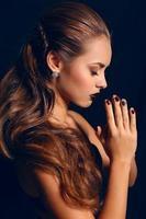 Retrato de hermosa niña con cabello oscuro y maquillaje brillante