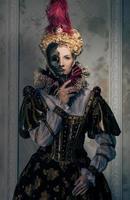 Reina altiva en vestido real con máscara