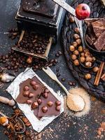 chocolate, cacao y diversas especias en la mesa foto