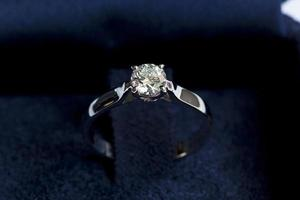 anel precioso com diamante