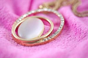 collar de diamantes en oro. foto