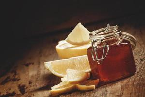 Miel con limón, hierbas medicinales y concepto de comida sana.