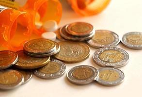 pastillas y monedas mexicanas foto