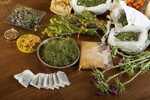 hierbas en la mesa foto