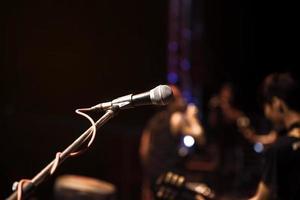 un micrófono y músicos