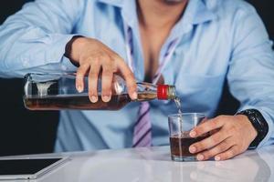 hombre vertiendo whisky foto