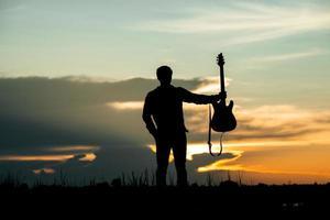 silueta de músico con guitarra foto