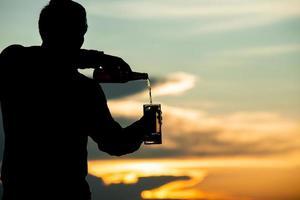 hombre vertiendo cerveza foto