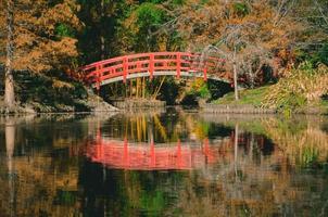 oranje brug over de rivier
