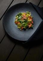 plato de verduras en posición plana