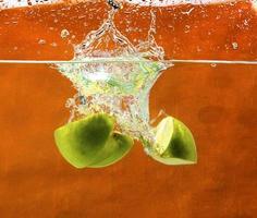 manzanas verdes en agua foto