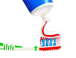 pasta de dente sendo espremida em ...