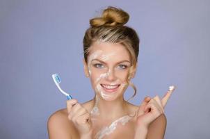 mulher feliz com escova e pasta de dentes