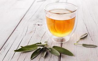 kruiden salie thee op houten achtergrond