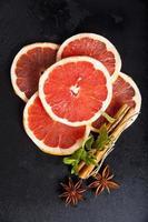 laranja vermelha com cravo, canela, hortelã e anis estrelado