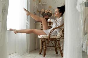 mujer está bebiendo té por la mañana foto