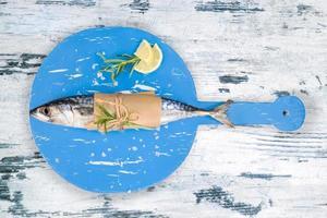 pescado fresco de caballa en blanco y azul. foto