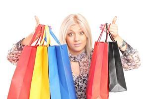 mujer sorprendida sosteniendo bolsas de la compra foto