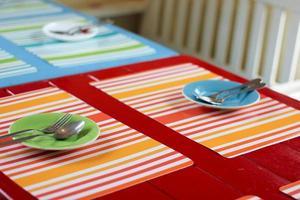 ajuste de la mesa en el restaurante foto