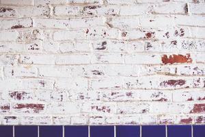 pared de ladrillo pintado de blanco foto