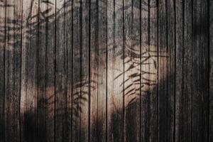 superficie de madera marrón y negra