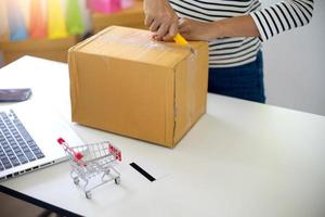 mujer preparando el envio