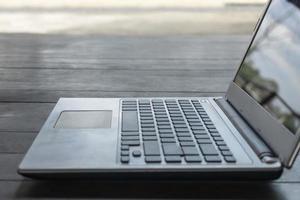 ordinateur portable sur table photo