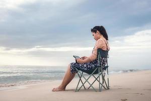 donna libero professionista sta lavorando su tablet durante il viaggio foto