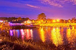 restaurante en un lago por la noche foto