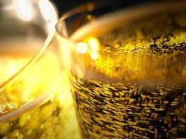 dettaglio di bollicine di champagne in bicchieri
